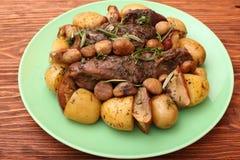 牛肉烤了用土豆,栗子,苹果 图库摄影