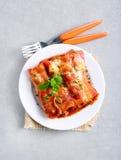 牛肉烤碎肉卷子用西红柿酱 库存图片