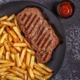 牛肉烤肉牛排用炸薯条 图库摄影