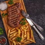 牛肉烤肉牛排用炸薯条 库存照片