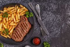 牛肉烤肉牛排用炸薯条 免版税库存照片