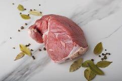 牛肉片断用胡椒,在白色桌上的月桂叶 库存照片