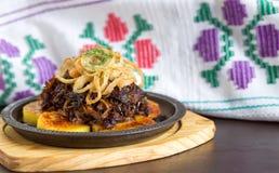 牛肉片用平底锅油煎的土豆 免版税库存照片
