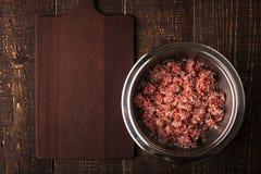 绞细牛肉用在金属平底锅的米在木台式视图 免版税库存图片