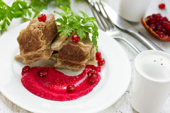 牛肉用清淡的饮食甜菜石榴调味汁 免版税库存照片