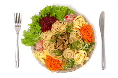 牛肉盘食物查出的意粉蔬菜 库存图片