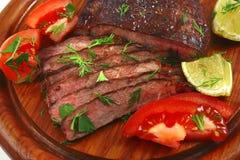 牛肉肉红色服务的蔬菜 免版税库存照片