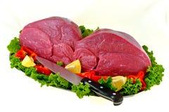 牛肉董事会厨师新鲜查出的准备好对&# 免版税库存图片
