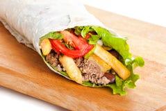 牛肉面卷饼用胡椒、油煎的土豆和蕃茄 免版税库存图片