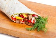 牛肉面卷饼用胡椒、葱和蕃茄 免版税库存图片