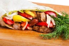 牛肉面卷饼用胡椒、葱和蕃茄 库存照片