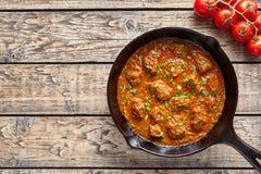 牛肉马都拉斯咖喱传统印地安辣辣椒羊羔肉食物用米装饰 免版税库存图片