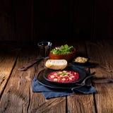 牛肉Carpaccio与松果、五颜六色的胡椒和巴马干酪c的 库存图片