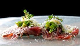 牛肉carpaccio开胃菜用婴孩芦笋 库存照片