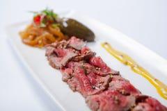牛肉carpaccio用调味汁和菜 免版税库存照片