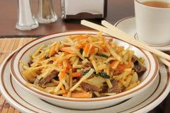 牛肉lo mein和茶 图库摄影