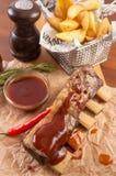 牛肋骨用在羊皮纸的土豆用小汤 库存照片