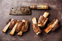 牛肋骨BBQ和切肉刀 库存照片