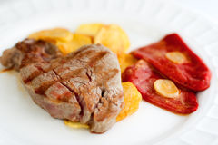 牛腰肉排用油炸物和红辣椒 免版税库存图片