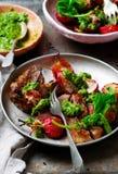 牛里脊肉排用萝卜绿化CHIMICHURRI调味汁 土气的样式 免版税库存照片