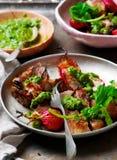 牛里脊肉排用萝卜绿化CHIMICHURRI调味汁 土气的样式 库存照片