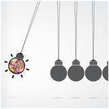牛顿的在背景,创造性的电灯泡想法c的摇篮概念 库存照片