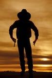 牛仔剪影两枪 免版税库存照片