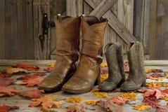 牛仔靴和秋天叶子 库存图片