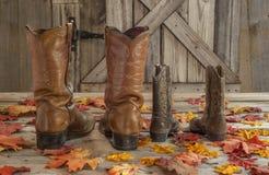 牛仔靴和秋天叶子 免版税库存照片