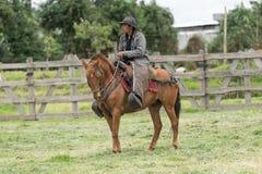 牛仔在骑马的厄瓜多尔 库存照片