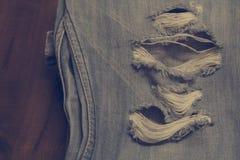 牛仔布牛仔裤蓝色老被撕毁时尚设计 库存图片
