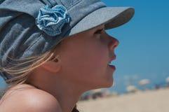 牛仔布盖帽的可爱的小女孩 免版税库存图片