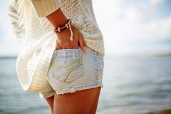 牛仔布短裤的女孩 库存图片