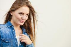 牛仔布衬衣的快乐的时髦的女人 库存照片