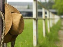 牛仔帽和套索在篱芭美国人大农场 库存照片