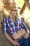 牛仔帽的白肤金发的妇女 库存图片