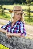牛仔帽的白肤金发的妇女 免版税库存图片
