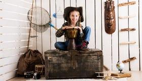 牛仔帽的美丽的小女孩有鼓的 免版税库存图片