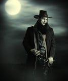 牛仔服装的英俊的人 免版税库存照片