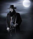 牛仔服装的英俊的人 免版税库存图片