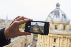牛津英国2016年10月26日:拉德克利夫照相机旅游采取的照片在电话的牛津 库存图片