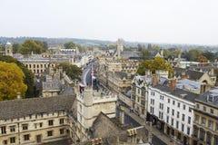 牛津英国2016年10月26日:显示学院大厦和尖顶的牛津市鸟瞰图 库存照片