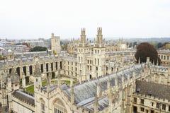 牛津英国2016年10月26日:显示学院大厦和尖顶的牛津市鸟瞰图 免版税图库摄影