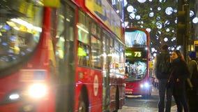牛津街在圣诞节前的晚上在伦敦,英国 股票录像