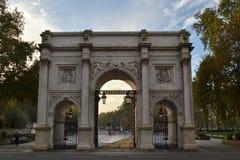 从牛津街看见的大理石曲拱 免版税库存照片