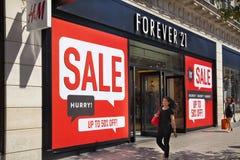 牛津街道、购物的邮件与著名时尚精品店和大商店 免版税库存照片