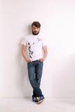 牛仔裤和白色T恤杉的人有供人潮笑者的 库存图片