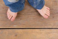 牛仔裤和脚顶视图从一个小女孩 免版税图库摄影