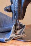 牛仔裤和葡萄酒缝纫机 库存图片