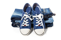 牛仔裤和蓝色运动鞋 库存照片